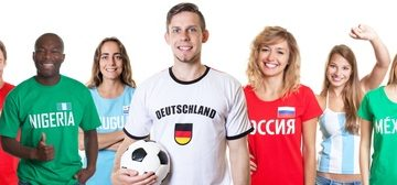 Deutscher Fussball Fan mit Gruppe internationaler Fans
